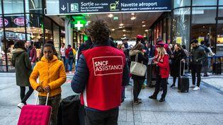 Des employés de la SNCF assistent les usagers, le 28 octobre 2019 à la gare Montparnasse, à Paris. (MAXPPP)