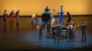 Claude Lelouch et la compagnie Pockemon Crew sur la scène de l'Opéra national de Lyon. (France 3 Rhône-Alpes / J-C. Adde)