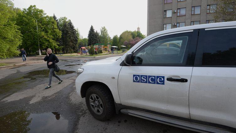Une voiture de l'Organisation pour la sécurité et la coopération en Europe (OSCE), à Sloviansk, bastion prorusse de l'est de l'Ukraine, le 29 avril 2014. (MIKHAIL VOSKRESENSKIY / RIA NOVOSTI / AFP)