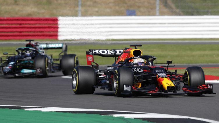 Max Verstappen a pris le meilleur sur Lewis Hamilton dès le départ du sprint à Silverstone. (ADRIAN DENNIS / AFP)