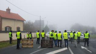 "Des ""gilets jaunes"" à Dinan, en Bretagne. (MARTIN BERTRAND / HANS LUCAS / AFP)"