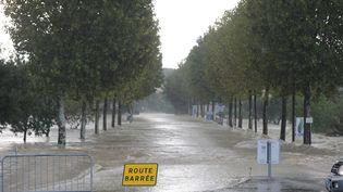 Une route barrée à cause des inondations dans la commune de Vergèze, dans le Gard, le 10 octobre 2014. (SYLVAIN THOMAS / AFP)