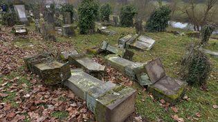 Des tombes ont été découvertes profanées le 17 février 2015 au cimetière juif de Sarre-Union. (PATRICK HERTZOG / AFP)