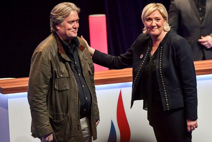 Steve Bannon, accueilli par Marine Le Pen sur la scène du congrès du Front national, le 10 mars 2018 à Lille (Nord). (PHILIPPE HUGUEN / AFP)