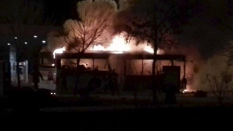 Un bus a pris feu mardi 5 janvier 2016, tuant 17 personnes à Yinchuan (Chine). (REUTERS)