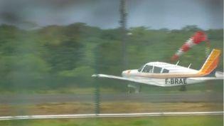 Un avion de tourisme sur un aéroport des Antilles (FRANCEINFO)
