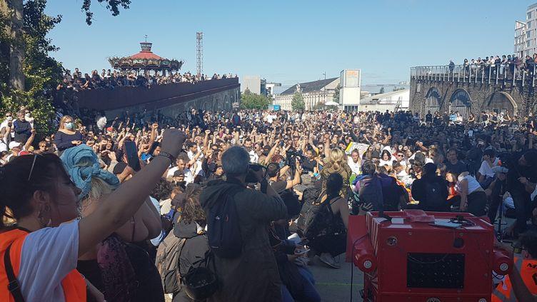 Plusieurs milliers de personnes participent à une marche en hommage à Steve Maia Caniço, le 21 juin 2020 à Nantes (Loire-Atlantique), un an après sa disparition lors de la Fête de la musique. (FABIEN MAGNENOU / FRANCEINFO)