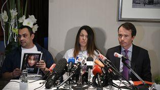 Jennifer et Joachim de Araujo, les parents de Maëlys, ainsi que leur avocat maîtreFabrice Rajon, lors d'une conférence de presse le 8 mars 2018 à Lyon. (PHOTO JOEL PHILIPPON / MAXPPP)