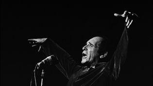 Léo Ferré en concert en France en 1967. (ANDRE SAS / GAMMA-RAPHO / GETTY IMAGES)