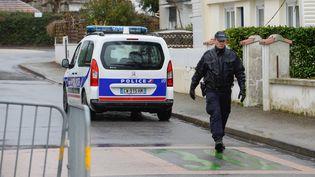 La police mène des investigations dans le quartier de la famille Troadec,à Orvault(Loire-Atlantique), le 1er mars 2017. (MAXPPP)