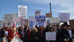 Des manifestations ont eu lieu samedi partout aux USA et dans le monde (ici au Trocadéro, à Paris) contre la vente d'armes aux Etats-Unis. (JEAN-CHRISTOPHE BOURDILLAT / RADIO FRANCE)