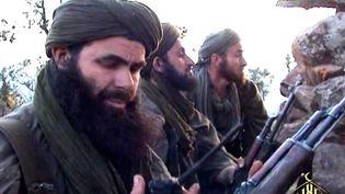 Abdelmalek Droukdal, chef d'Al-Qaïda au Maghreb islamique (Aqmi), quelque part dans le nord du Mali avec certains de ses hommes vers 2012. (AFP PHOTO/ AL-ANDALUS)