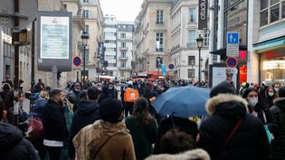 Des passants dans une rue de Paris, le 30 janvier 2021. (GEOFFROY VAN DER HASSELT / AFP)