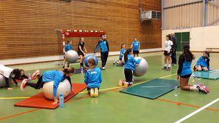 Entraînement des jeunes handballeuses de Pont-à-Mousson, en Meurthe-et-Moselle, en novembre 2018. (CECILIA ARBONA / FRANCE-INFO)