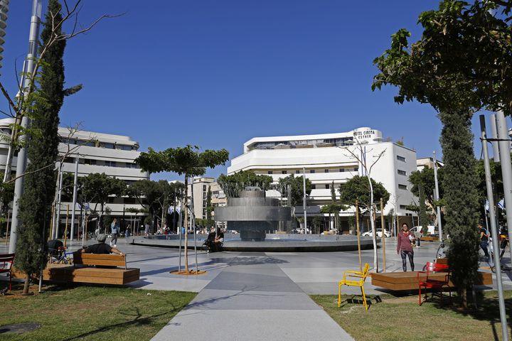 La place Dizengoff à Tel-Aviv, de forme circulaire, est connue pour ses bâtiments Bahaus aux façades blanches immaculées et incurvées. (JACK GUEZ / AFP)