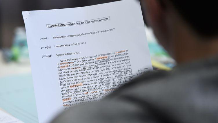 Un lycéen découvre l'épreuve de philosophie en série L au baccalauréat, le 15 juin 2016 au lycée Fustel de Coulanges à Strasbourg. (FREDERICK FLORIN / AFP)