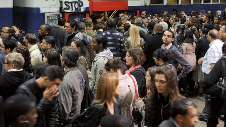 Sur un quai de RER de la gare du Nord, à Paris, lors d'une grève, le 21 juin 2011. (BERTRAND GUAY / AFP)