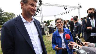 Deux des candidats à la primaire écologiste,Yannick Jadot et Sandrine Rousseau, participent à l'université d'été d'EELV à Poitiers (Vienne), le 19 août 2021. (MEHDI FEDOUACH / AFP)