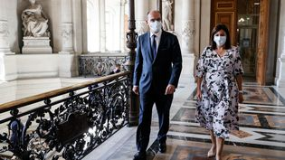 Le Premier ministre Jean Castex et la maire de Paris Anne Hidalgo à l'hôtel de ville à Paris, le 22 juillet 2020. (THOMAS SAMSON / AFP)