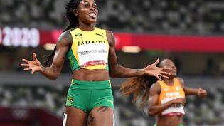 Elaine Thompson célèbre son deuxième titre olympique consécutif sur 200 m, le 3 août 2021 à Tokyo. (JEWEL SAMAD / AFP)
