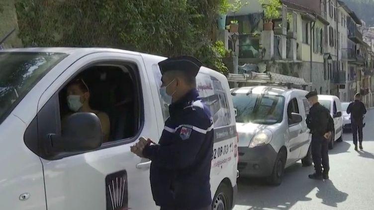 Dans les Alpes-Maritimes, le préfet demande à la population de limiter les déplacements sur les routes qui mènent aux zones sinistrées par les intempéries. Des contrôles ont été mis en place. (FRANCE 3)