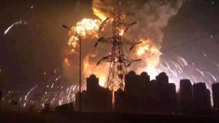 Capture d'écran montrant une explosion spectaculaire survenue en Chine, à Tianjin, mercredi 12 août 2015. ( YOUTUBE)