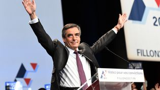 François Fillon salue ses partisans, le 18 novembre 2016, au Palais des Congrès, à Paris. (BERTRAND GUAY / AFP)