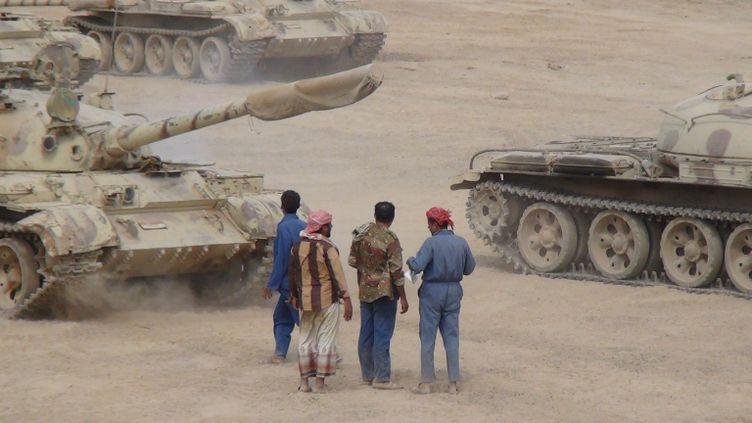 Des membres de l'armée yéménite postés à Aden pour combattre les rebelles houtis, le 25 mars 2015. (WAEL SHAIF THABET / ANADOLU AGENCY / AFP)