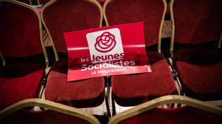 Une affiche du Parti socialise traine sur une chaise après le 78e congrès du Parti socialiste, le 8 avril 2018. (AURELIEN MORISSARD / MAXPPP)