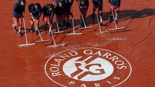 La pluie est évacuée du court Philippe Chatrier à Roland-Garros, mardi 6 juin 2017. (TATYANA ZENKOVICH / EPA)