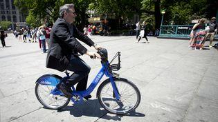 """Un New-Yorkais utilise un """"citi bike"""" le jour de l'inauguration du service, lundi 27 mai 2013. (CARLO ALLEGRI / REUTERS)"""