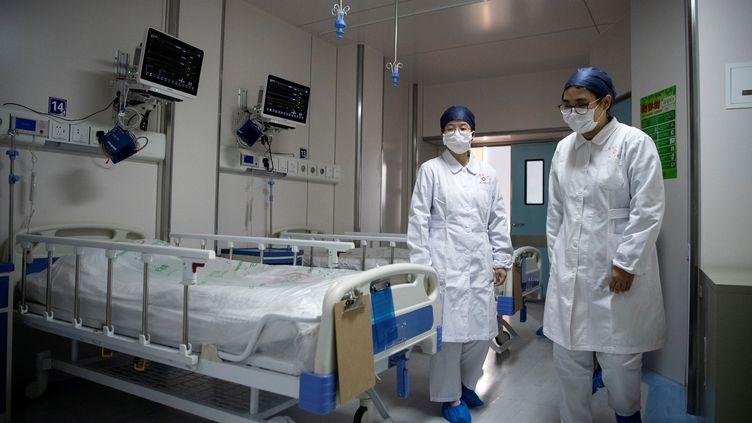 Des infirmières dans une chambre pour des patients atteints du nouveau coronavirus, au centre clinique public de Shanghai (Chine), le 17 février 2020. (POOL NEW / REUTERS)