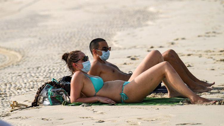 Sur une plage de Dubaï, aux Emirats Arabes Unis, le 25 juin 2020. (KARIM SAHIB / AFP)