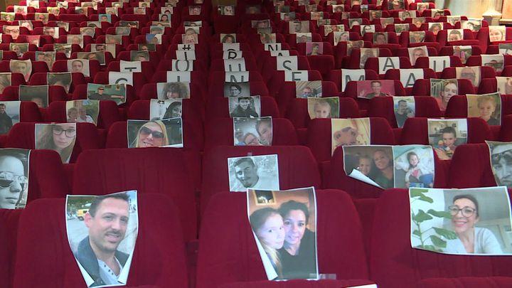 """La salle du cinéma Le Rex à Bernay remplie de spectateurs """"virtuels"""". (P. Cornily / France Télévisions)"""