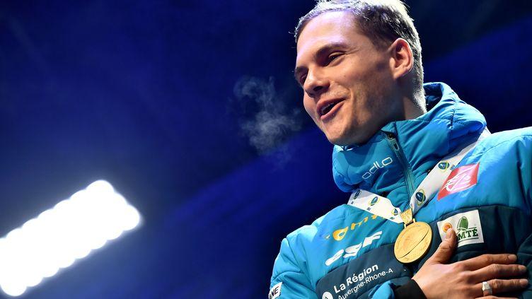 Emilien Jacquelin, médaille d'or des championnats du Monde de la poursuite 2020 autour du cou. (MARCO BERTORELLO / AFP)