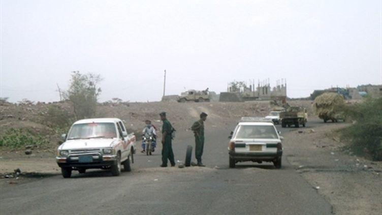 Barrage de la sécurité yéménite sur une route du Sud, près d'Aden (21 juin 2010) (AFP)