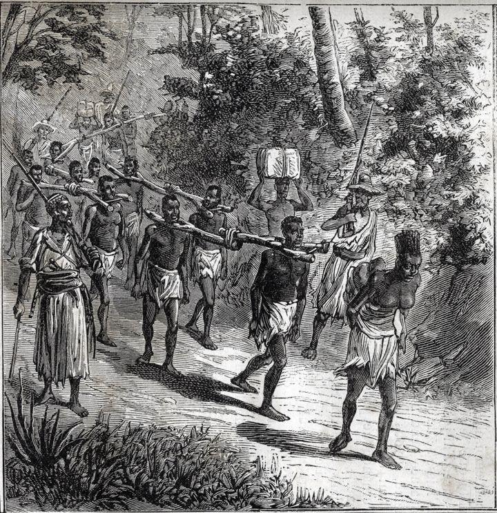 Gravure de 1884 représentant un convoi d'esclaves au Soudan au XIXe siècle. Signature et origine de l'image non communiquées. (AFP - Bianchetti/Leemage)