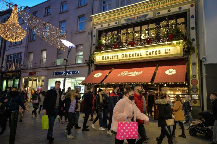 Une rue bondée de Grafton dans le centre-ville de Dublin, en Irlande, le 20 décembre 2020. (ARTUR WIDAK / NURPHOTO / AFP)