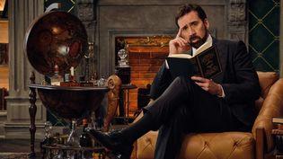 """Nicolas Cage dans sa bibliothèque. Image tirée de la série documentaire """"L'histoire des gros mots"""" disponible sur Netflix depuis le 05 janvier 2021. (NETFLIX)"""