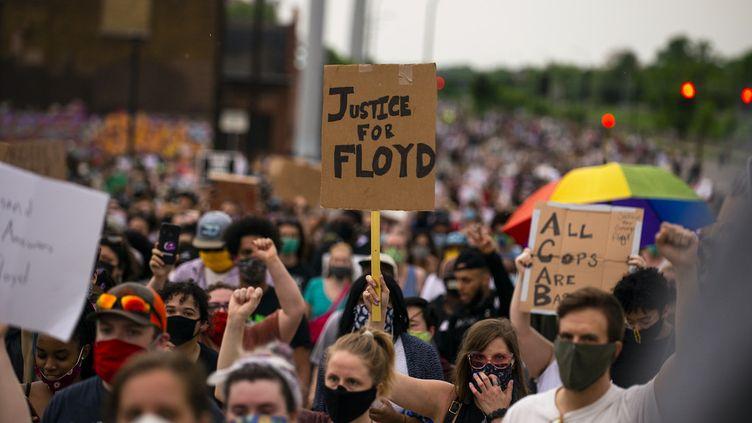 Des manifestants demandent justice pour George Floyd, un homme noir mort pendant son interpellation par des policiers blancs, le 26 mai 2020 à Minneapolis (Minnesota). (Stephen Maturen / GETTY IMAGES NORTH AMERICA / Getty Images via AFP)
