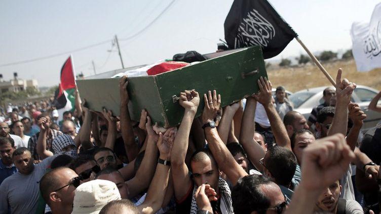 Des proches deMohammed Abou Khdeir portent le cercueil de l'enfant, le 4 juillet 2014 à Jérusalem. (AHMAD GHARABLI / AFP)