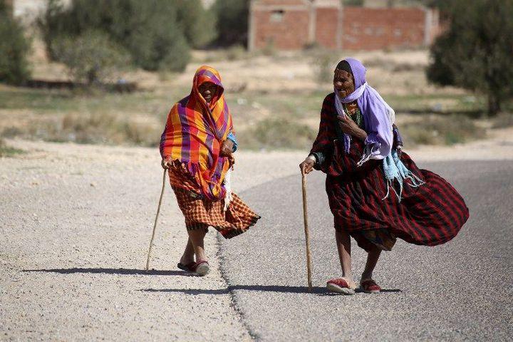 Ces deux Tunisiennes marchent à Gosba, le 23 octobre 2018, près de la ville de Médenine (sud-est). Les Tunisiens noirs espèrent une plus grande égalité après l'adoption d'une loi qui criminalise toutes les formes de racisme. (FATHI NASRI / AFP)
