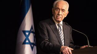 Neuf jours avant son 91e anniversaire, Shimon Peres quitte la présidence discrètement en juillet 2014, en pleine guerre à Gaza, transmettant ses fonctions à Reuven Rivlin, membre du Likoud et actuel président de l'État hébreu. (MENAHEM KAHANA / AFP)