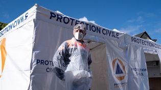 Un membre de la protection civile attend devant un stand de dépistage du Covid-19, le 5 mai 2021, à Broons (Côte-d'Armor). (MARTIN BERTRAND / HANS LUCAS / AFP)