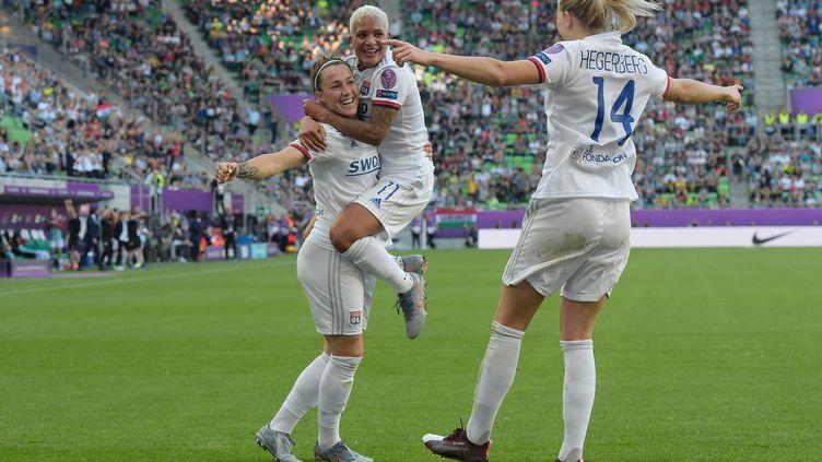 Les lyonnaises célèbrent un but de la Ballon d'or Ada Hegerberg, lors de la finale de la Ligue des champions féminine, à Budapest (Hongrie), samedi 18 mai 2019. (TOBIAS SCHWARZ / AFP)