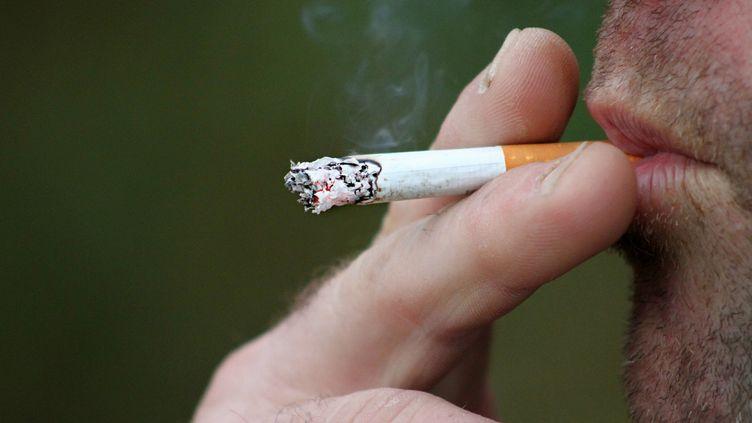Le nombre d'hommes fumeurs baisse pour la première fois dans le monde