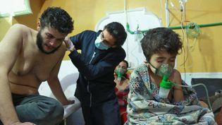 Des Syriens reçoivent des soins après une suspicion d'attaque chimique dans la Ghouta orientale, dimanche 25 février. (HAMZA AL-AJWEH / AFP)