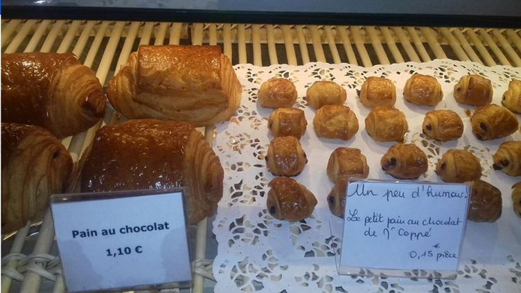 Un boulanger de Boulogne (Hauts-de-Seine) a pris au mot Jean-François Copé, en proposant des pains au chocolat à 15 centimes, mercredi 26 octobre 2016. A ce prix-là, ils étaient riquiqui. (VIRGINIE ALLAIN GAURIN)