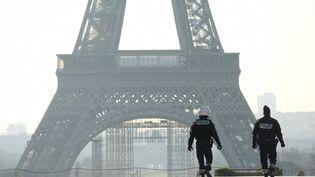 Des policiers patrouillant pendant le confinement sur l'esplanade du Trocadéro, à Paris, en mars 2019. (NATHANAEL CHARBONNIER / RADIOFRANCE)