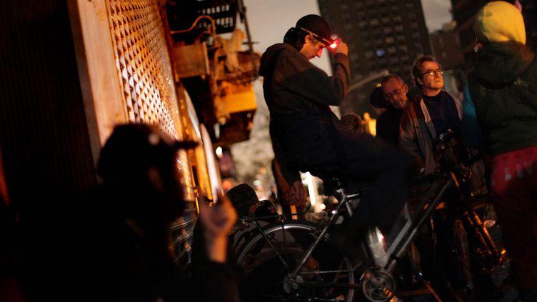 Une partie de New York est toujours dans le noirmercredi 31 octobre 2012,24 heures après la passage de Sandy. (ALLISON JOYCE / GETTY IMAGES )
